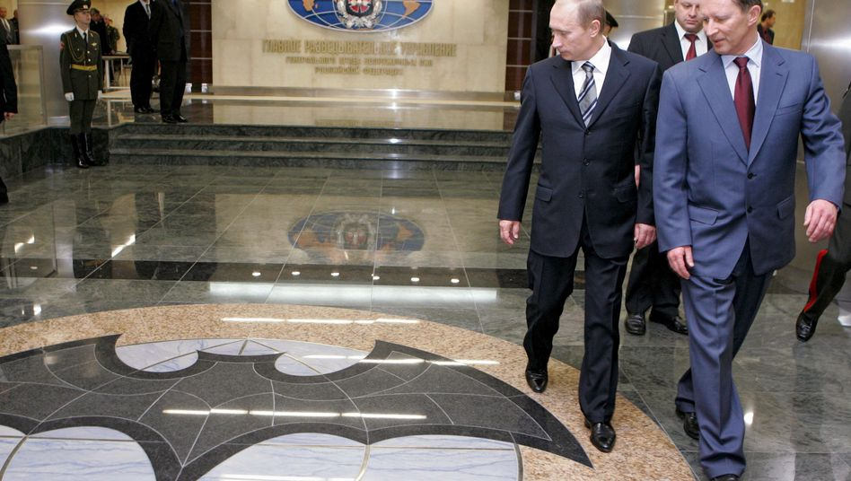 Vladimir Putin during a 2006 visit to GRU headquarters