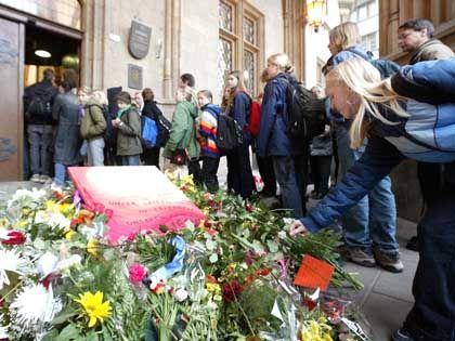 Die Menschen sind fassungsos: Blumenmeer vor dem Gymnasium in Erfurt