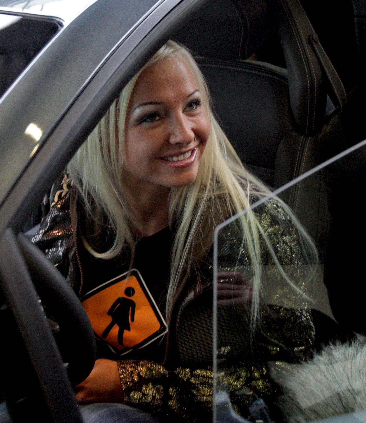 Hambuger Polizist fickt Sexy Cora durch