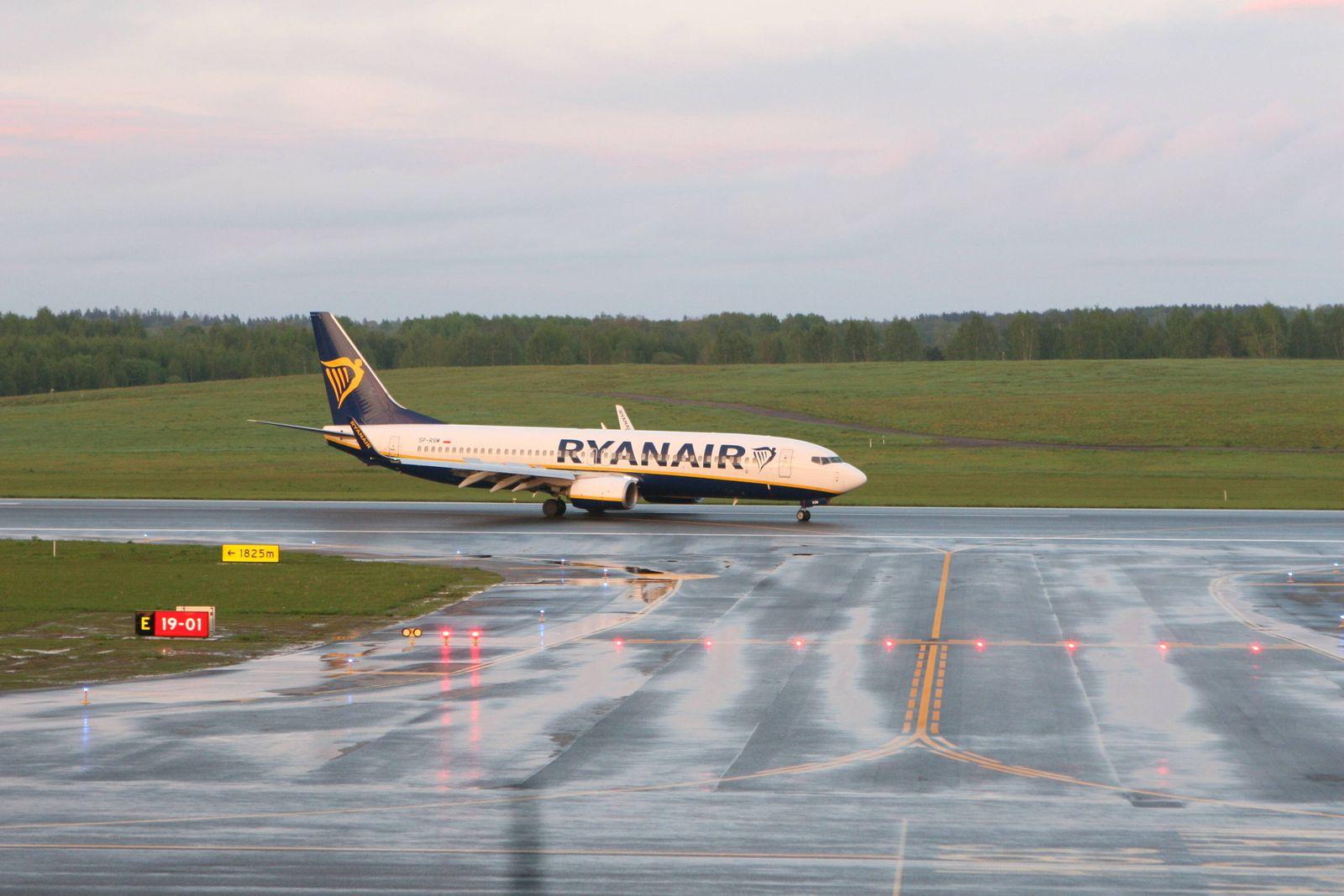 News Bilder des Tages 2021-05-23 Vilnius Lithuania. Ryanair Boeing 737 SP-RSM lands in Vilnius from Minsk at about 21:30