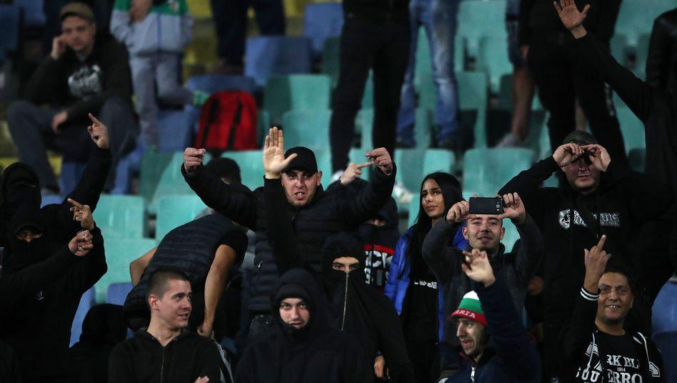 Hitlergruß und rassistische Rufe: Bulgarische Zuschauer während des Spiels gegen England