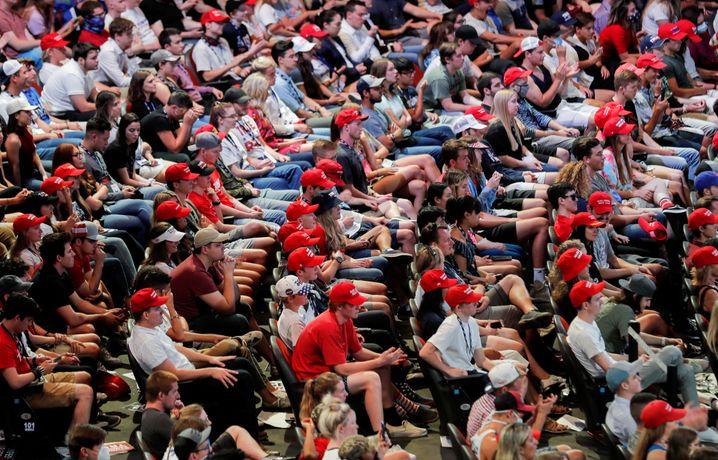 Keine Masken im Gesicht: Junge Zuhörer bei einer Trump-Veranstaltung in Phoenix