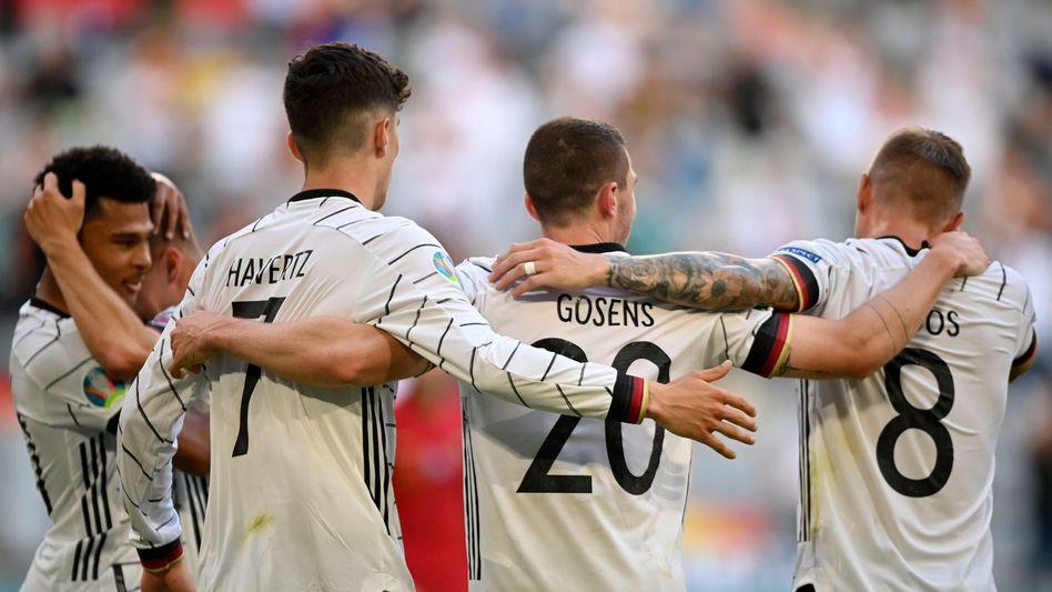 Torschütze Robin Gosens (M.) jubelt mit Kai Havertz und Toni Kroos (r.)