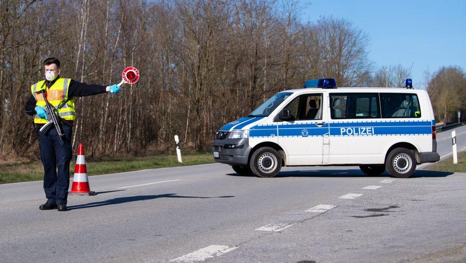Kontrolle nahe der deutschen Grenze zu Österreich (am 16. März): Restriktionen im Bedarfsfall wieder einführen