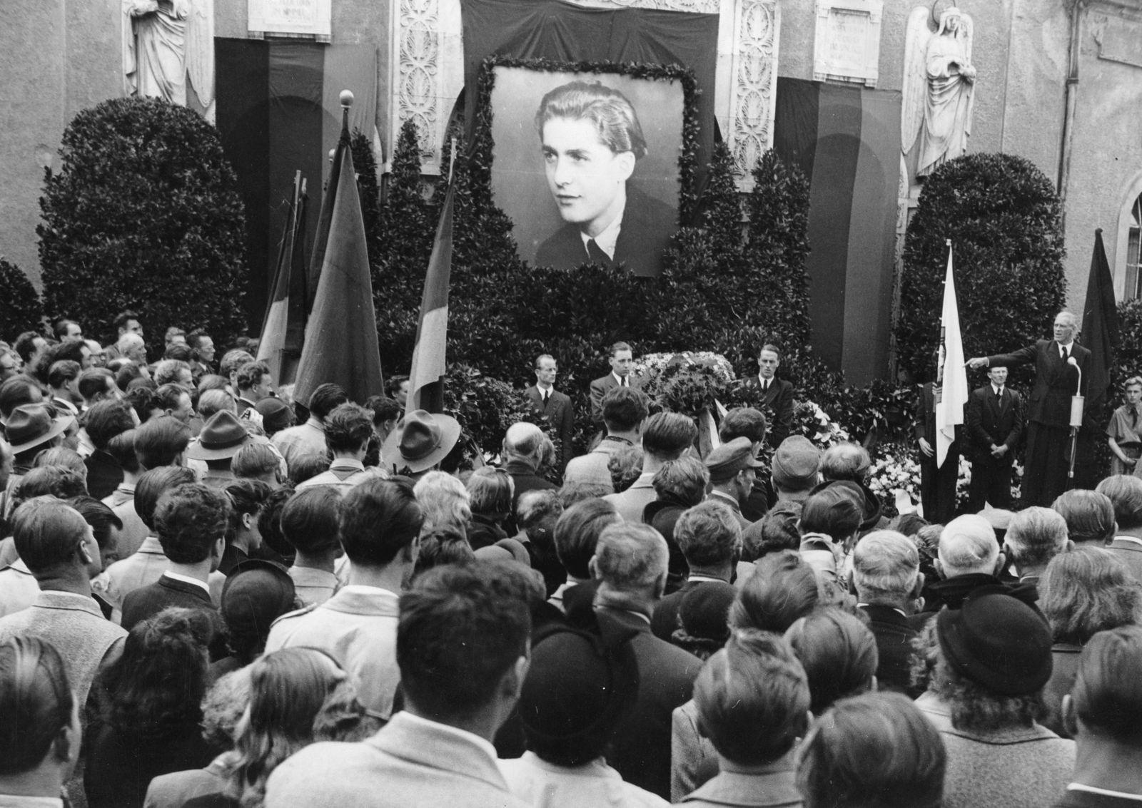 KPD - Trauerfeier in München für den in Essen umgekommenen Philipp Müller (FDJ); Max Reimann spricht