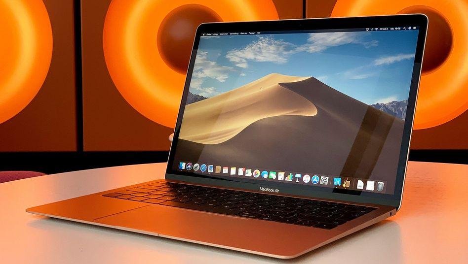 Ein MacBook Air beim Kaffeetrinken in der SPIEGEL-Kantine