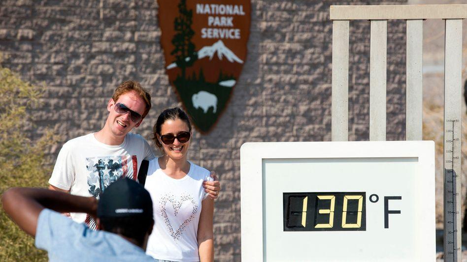 Furnace Creek im Death-Valley-Nationalpark: Das Thermometer am Besucherzentrum zeigt sogar 54,4 Grad Celsius an, dies ist aber keine offizielle Messung