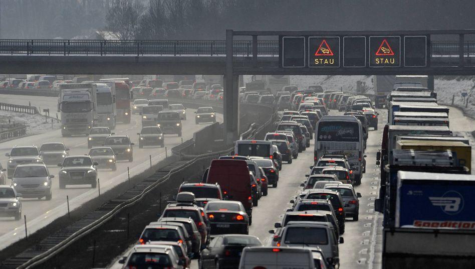 Stau auf deutscher Autobahn (Archivbild): Autos emittieren große Feinstaubmengen