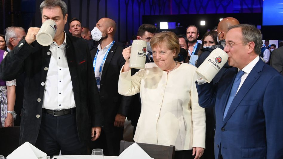 Beim offiziellen Wahlkampfabschluss der Union stoßen Söder (CSU), Merkel (CDU) und Laschet (CDU) an