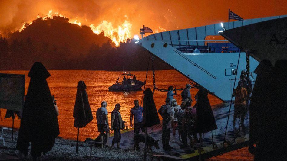 Per Fähre flüchtende Bewohner der griechischen Insel Euböa