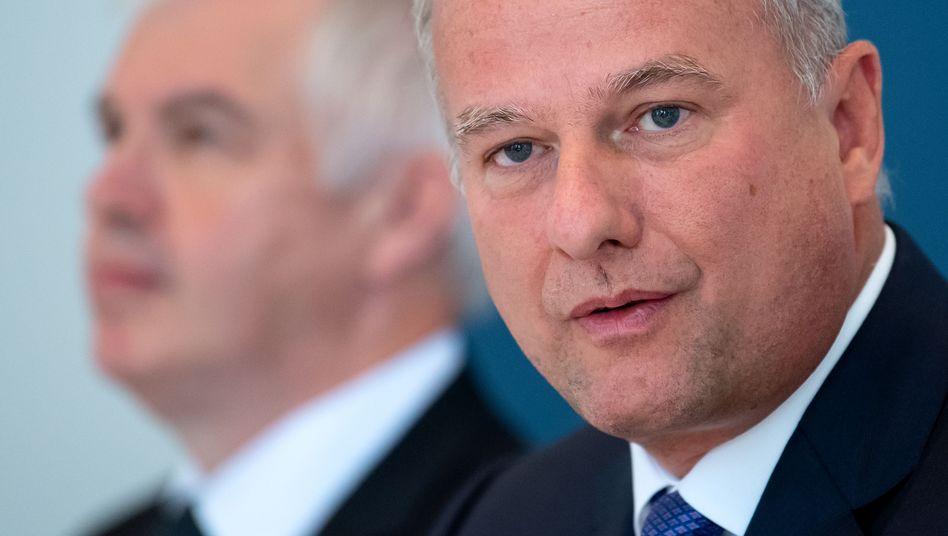AMS-Vorstandschef Alexander Everke (mit Geschäftsführer Thomas Stockmeier, l.)