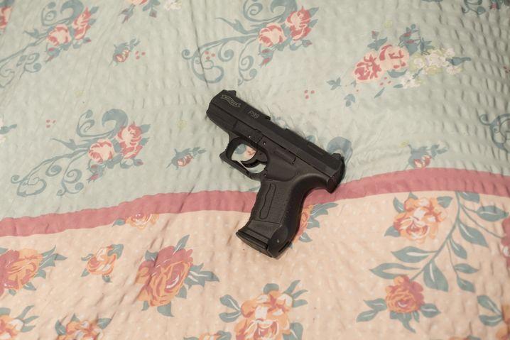 Walther P99: Die Schreckschusspistole kaufte Carolin im Wedding. Ihr Ziel ist eine Sportpistole