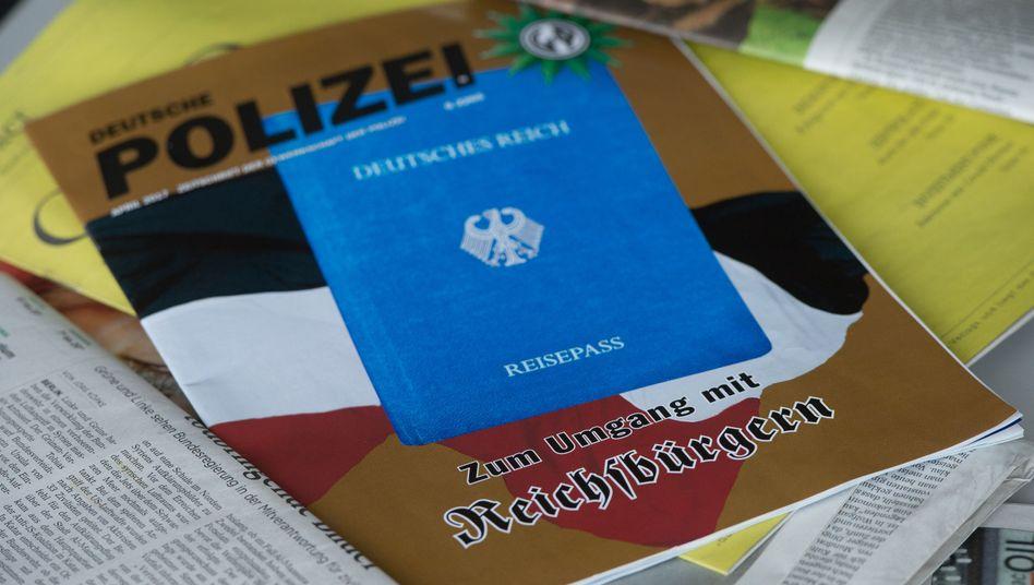 """Titelseite einer Ausgabe der Zeitschrift """"Deutsche Polizei"""" zum Umgang mit """"Reichsbürgern"""" vom April 2017 (mit einem """"Reichsbürger-Pass"""" auf dem Cover)"""