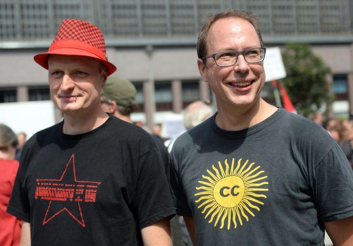 Netzpolitik.org-Gründer Markus Beckedahl (re.) und Autor Andre Meister bei einer Demo in Berlin: Ermittlungen wegen Landesverrat