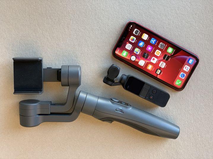 Osmo Pocket (M.) im Größenvergleich mit einem Standard-Gimbal und dem iPhone Xr