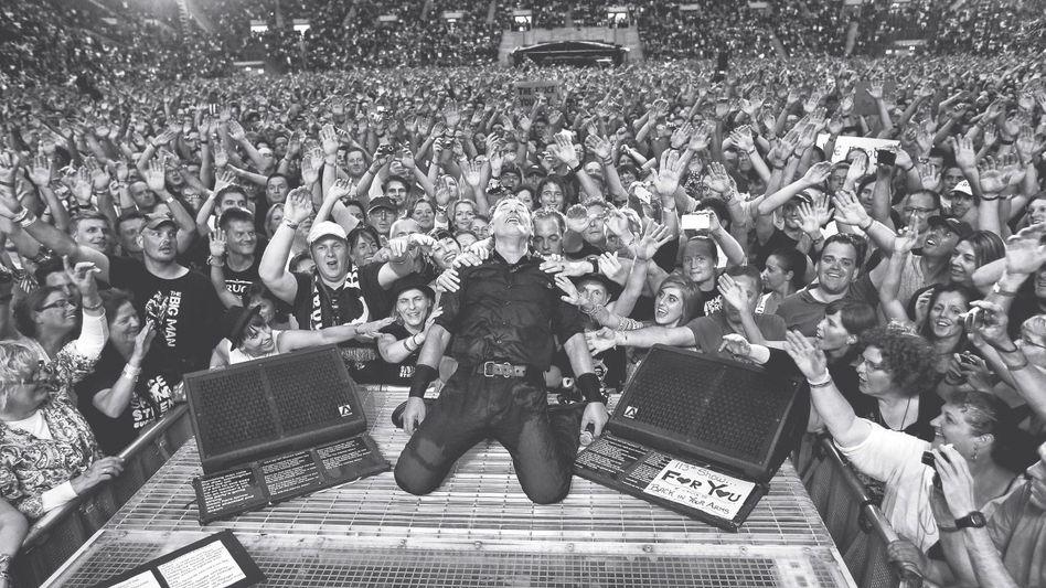 Musiker Springsteen, Fans 2013 im Stadion im Borussia-Park in Mönchengladbach. Auf dem Weg ins Promised Land