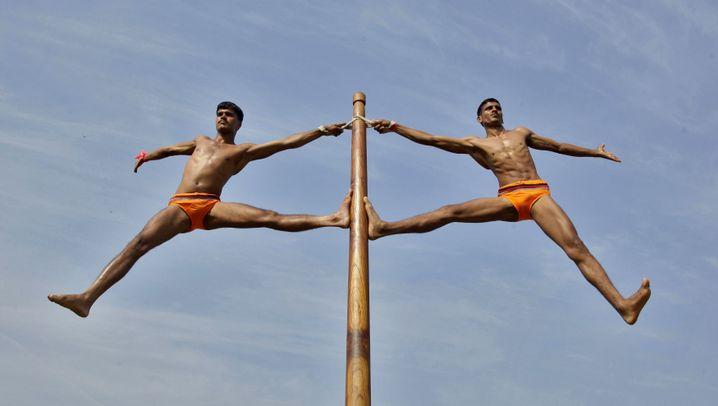 Männer, die an Stangen turnen: Pole Dance in the Army