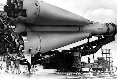 """Die Raumkapsel """"Wostok"""" auf der Trägerrakete"""