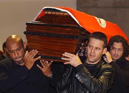 Letzter Ehrerweis: Die Benfica-Spieler Helder, Argel und Zlatko Zahovic (v.l.n.r) tragen den Sarg ihres verstorbenen Mannschaftskameraden Miklos Feher