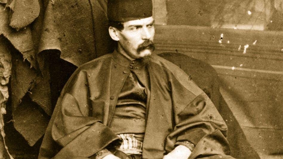 Meister der Verkleidungen: Auf diesem sorgsam inszenierten Foto trägt Burton orientalische Gewänder samt einem Fes