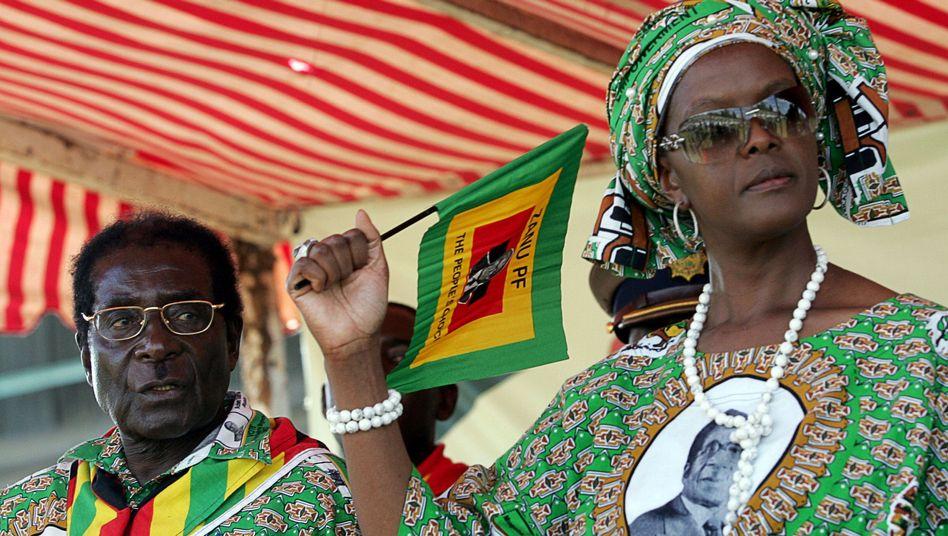 Robert und Grace Mugabe: Die Ehefrau des Staatspräsidenten Simbabwes ließ der Presse verbieten, über für sie peinliche WikiLeaks-Enthüllungen zu berichten