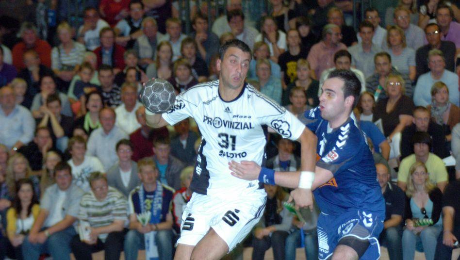 Handballprofi llic (l.), Amateur Koch (r.): Duell Drittligist gegen Champions-League-Sieger