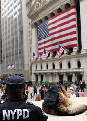 """Ein Polizist steht Wache vor der New Yorker Börse: """"Nichts Neues"""""""