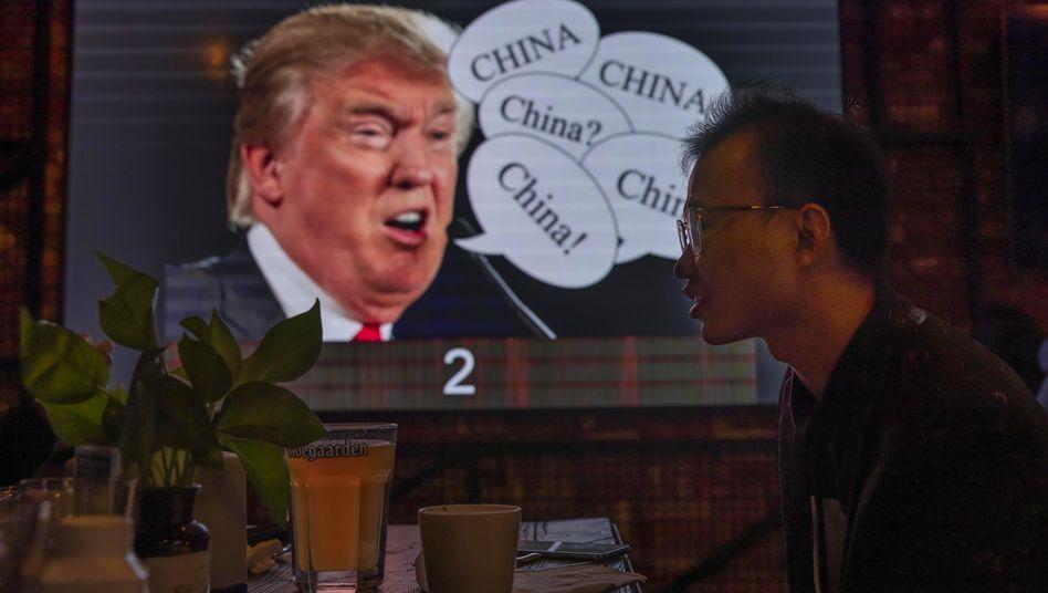 Kunst in einer Bar in Shanghai: Trumps Konterfei, aufgeklebt neben »China«-Sprechblasen
