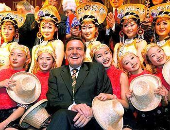 Schröder inmitten chinesischer Tänzerinnen