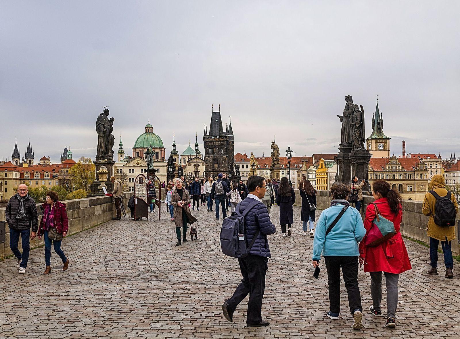 Passanten auf auf der Karlsbruecke in Prag mit Blick auf die Prager Altstadt. Reise, Prag, Tschechien, 2019, 04.11.2019,