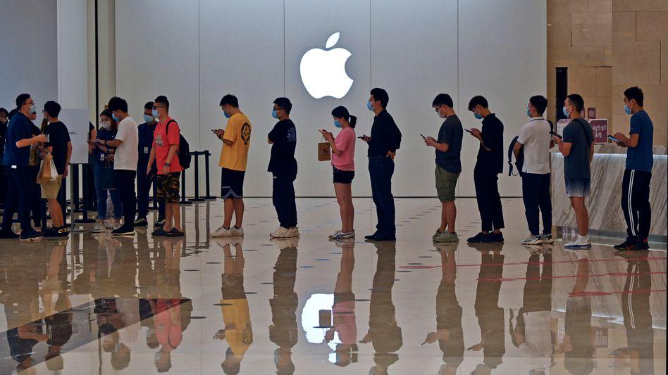 Schlange vor einem Apple-Store in China: Viele Menschen werden offenbar länger auf ihr neues iPhone warten müssen