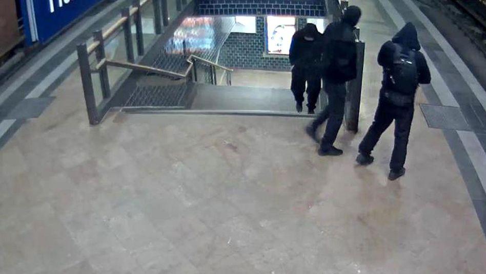 Bild einer Überwachungskamera am Hackeschen Markt: Wer sind die drei Männer in Schwarz?