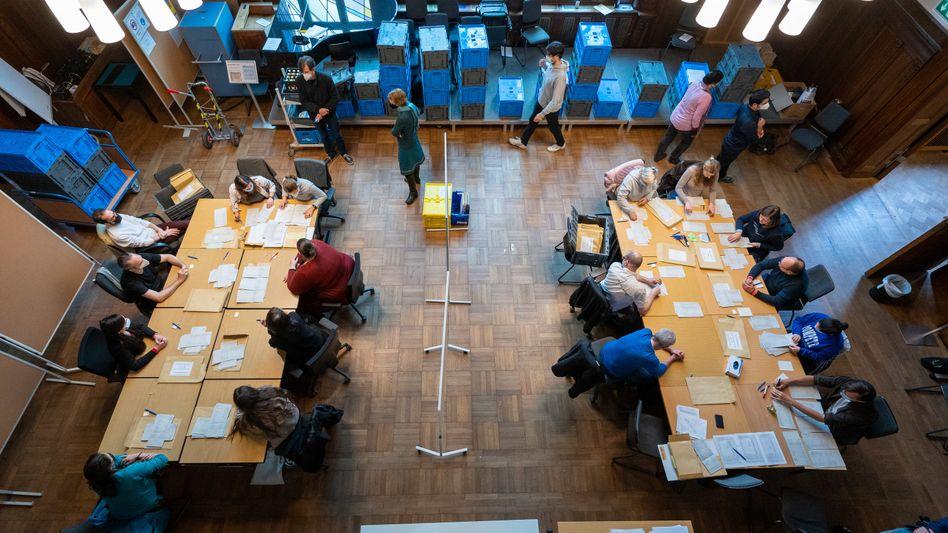 Neuauszählung der Stimmzettel im Rathaus Pankow