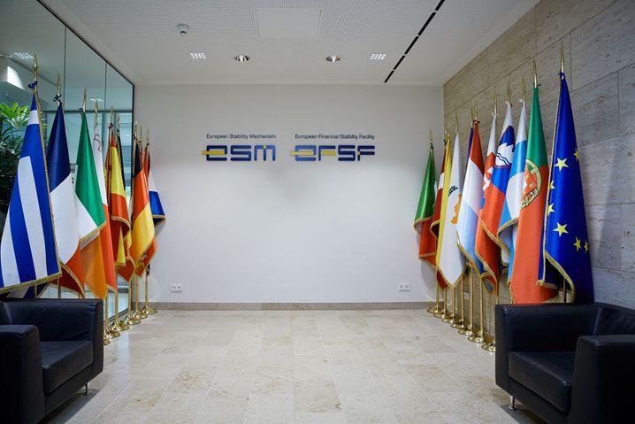 Flaggen der Euroländer im ESM-Foyer