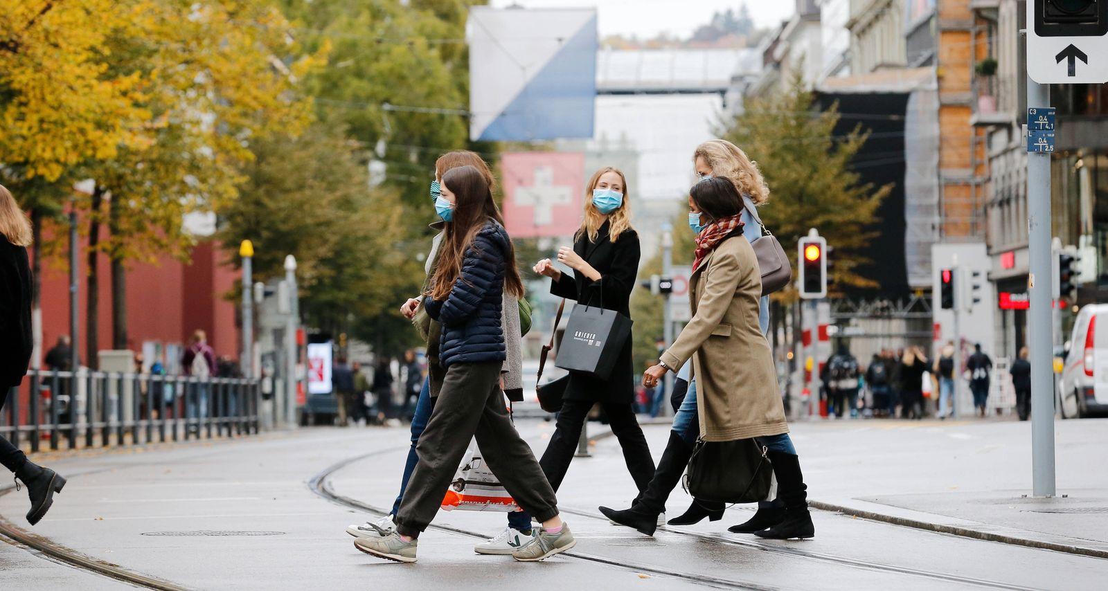 Foto Manuel Geisser 15.10.2020 Zürich : Junge Frauen mit Schutzmasken an der Bahnhofstrasse *** Photo Manuel Geisser 15
