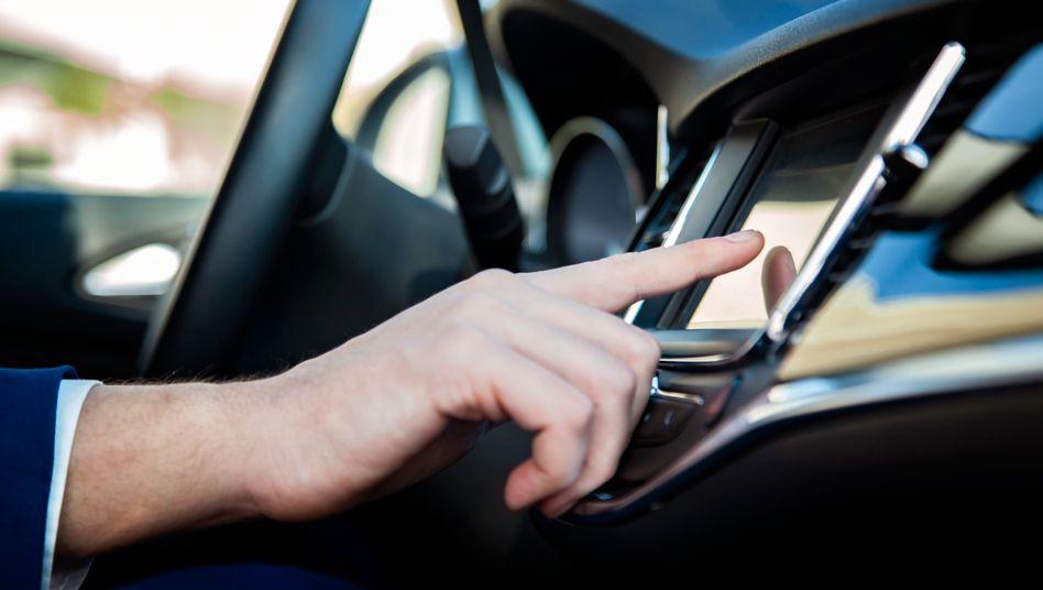 Fahrassistenten helfen, den Verkehr sicherer zu machen – aber animieren bei manchen Herstellern offenbar auch zum Regelbruch (Symbolbild)
