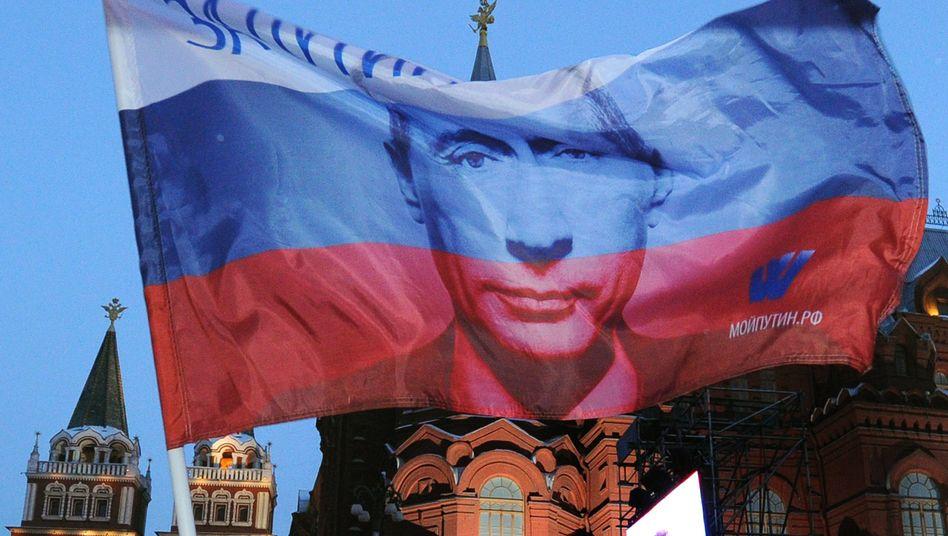 Russische Flagge mit Putin-Porträt: Präsident will Patrioten heranziehen