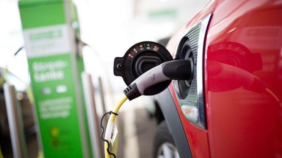 Elektroautos werden nun mit einer höheren Kaufprämie gefördert. Die Nachfrage stieg dadurch offenbar sprunghaft an, könnte jedoch die ohnehin schon langen Lieferzeiten weiterhin verlängern
