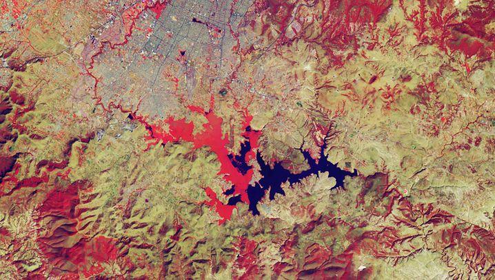 Ausbreitung von Wasserhyazinthen im Valsequillo-See in Mexiko: Das erste Bild stammt vom 10. Januar 2000, das zweite vom 9. Januar 2020. Klares Wasser ist blau und die Vegetation ist rot dargestellt - je heller das Rot, desto robuster die Vegetation.