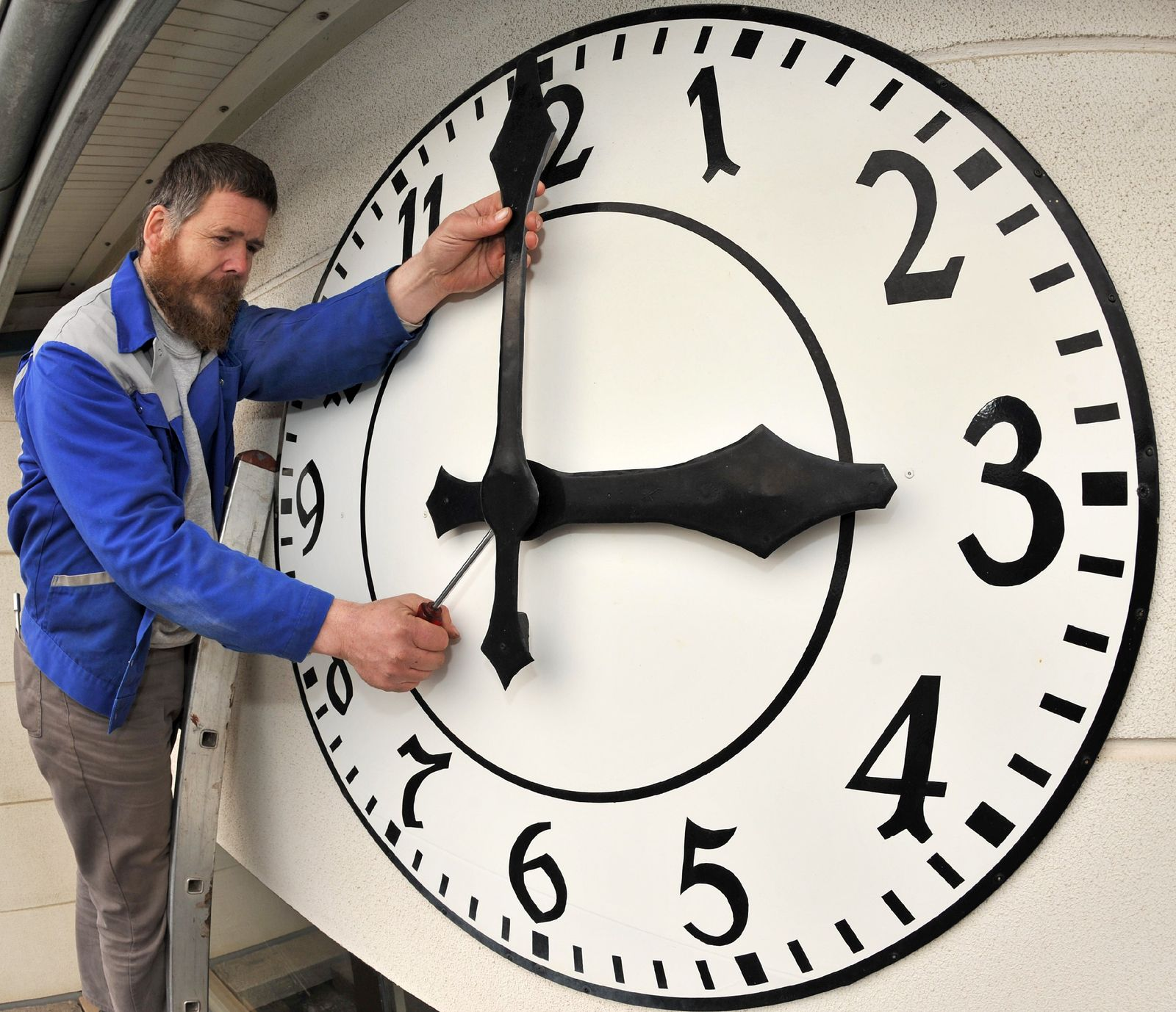 Uhrmachermeister baut Turmuhren