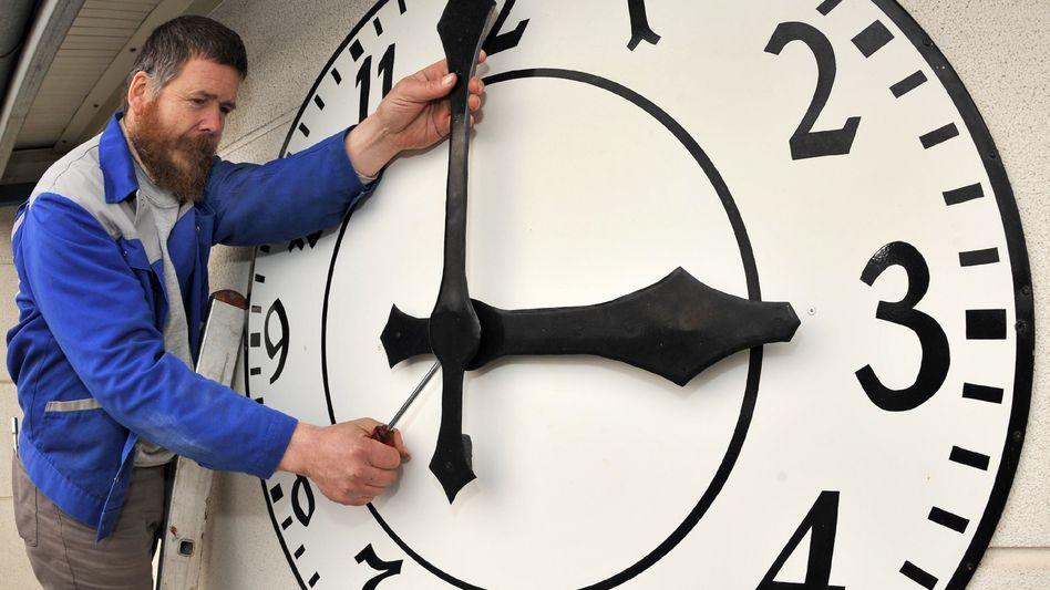 Montage bei einer Kirchturmuhr (Archivbild): Zeiger vertauscht?