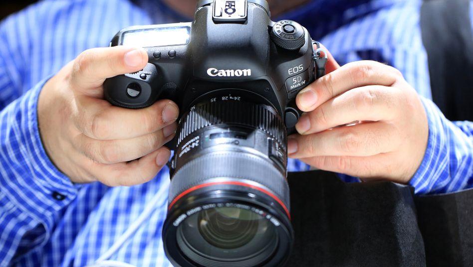 Wer mit einer Digitalkamera Menschen fotografiert, verarbeitet personenbezogene Daten