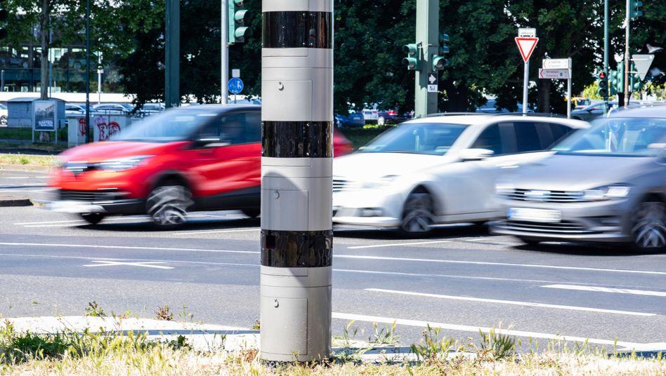 Wer innerorts mit 21 km/h zu viel geblitzt wurde, sollte seinen Führerschein für einen Monat abgeben. Nordrhein-Westfalen will diese Regelung nun auf Straßen an Schulen und Kindergärten beschränken