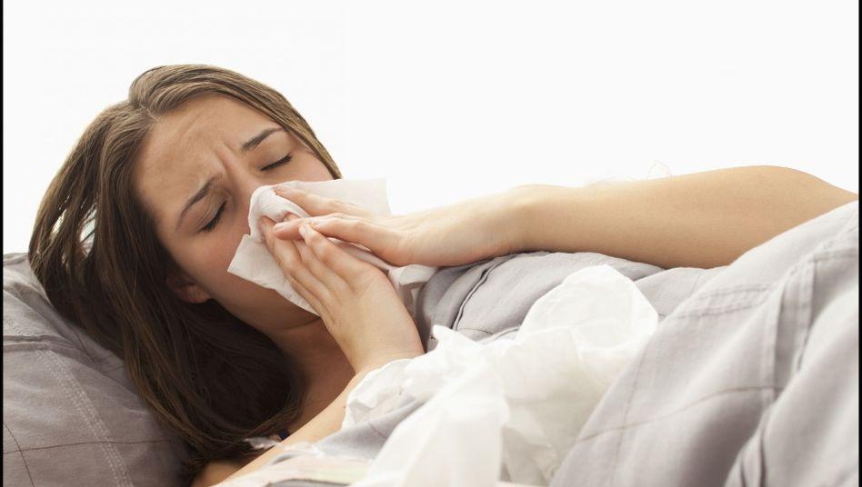 Sie hat es erwischt: Eine Grippe lässt sich in der Regel daran erkennen, dass schlagartig hohes Fieber einsetzt