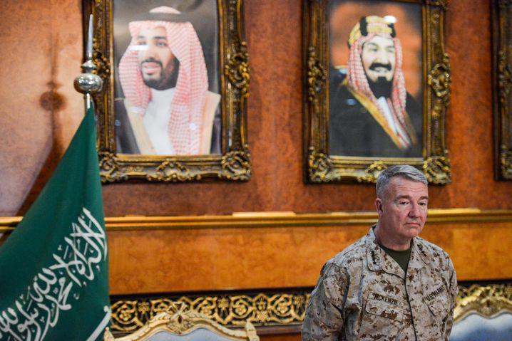 General Kenneth F. McKenzie Jr., Kommandeur des für den Nahen Osten zuständigen US Central Command (CENTCOM), bei einem Besuch in Saudi-Arabien im Juli