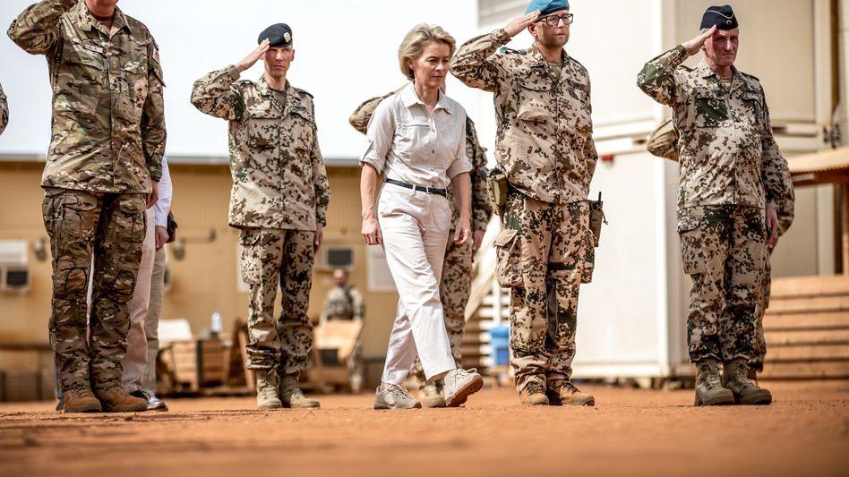 Ursula von der Leyen bei einem Besuch des Bundeswehr-Stützpunkts in Mali (Archivbild)