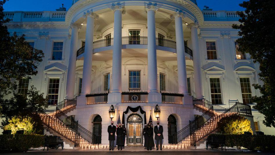 Joe Biden, Jill Biden, Kamala Harris und Doug Emhoff vor dem Weißen Haus: Kerzen für die Verstorbenen