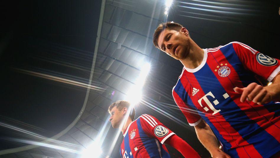 Bayern-Profis Xabi Alonso (r.), Müller: Ausrüster bleibt bis 2030