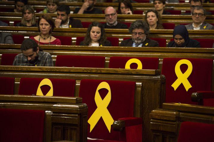 Katalanisches Regionalparlament: Schleifen für inhaftierte Politiker