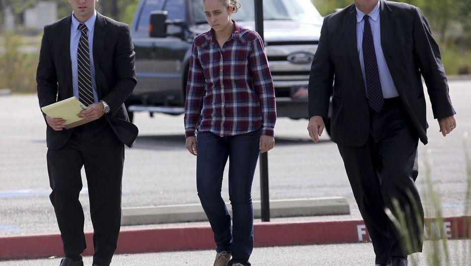 Die ehemalige Polizistin Cassie Barker (M.) wurde zu einer langen Freiheitsstrafe verurteilt.